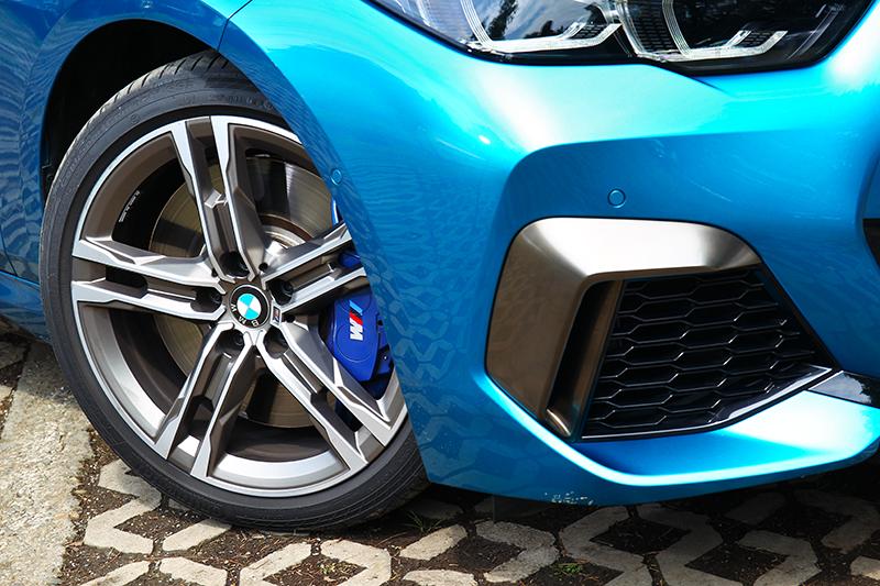 M款18吋輪圈與M卡鉗,在營造跑車外觀同時也提供絕佳制動性能。