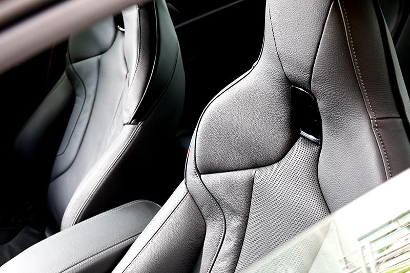M款Dakoto真皮跑車座椅於視覺或包覆都給予大大滿足。