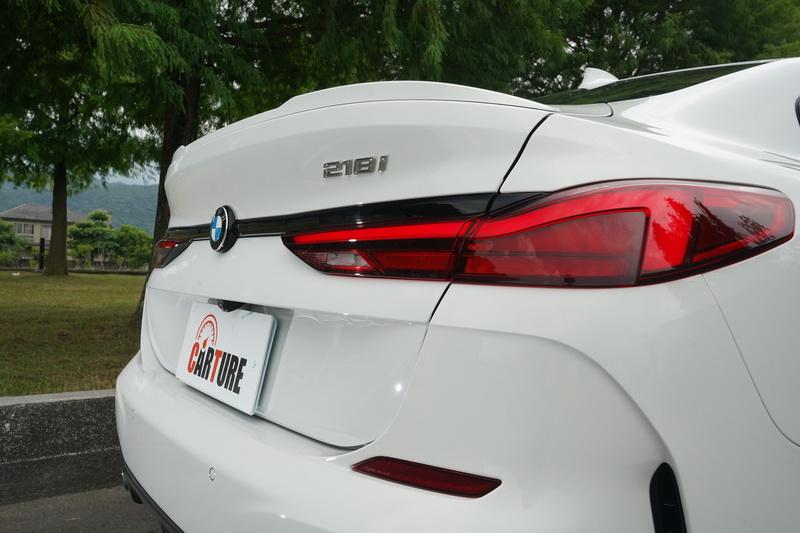 彷彿從8 Grand Coupe複製貼上的尾燈造型更是承襲了新一代的家族傳統