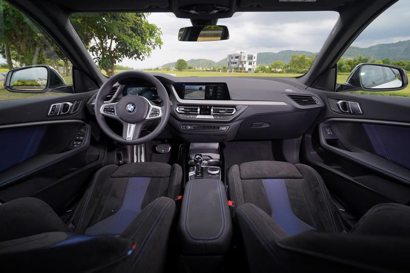 進入車艙後那熟悉的巴伐利亞氛圍隨即湧現,典型的BMW配置在新、舊世代輪替之間依舊是讓駕駛者最安心的一塊