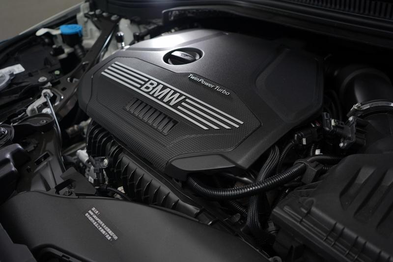 218i所搭載的1.5升TwinPower Turbo直列三缸汽油引擎,140匹的馬力輸出並稱不上熱血