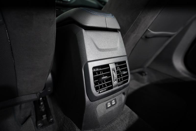 後座除了提供獨立出風口外,下方還附上Type C規格的充電插口