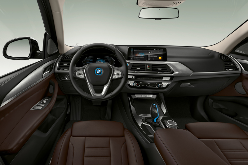 車室隔局也是與現行X3相同,中控螢幕操作介面與空調與空間使用都是熟悉配置。