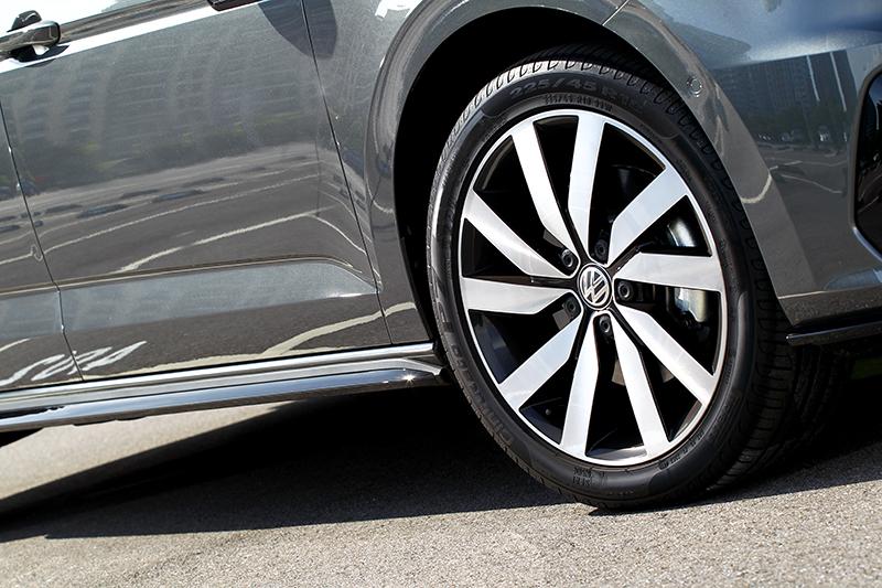 18吋輪圈在顧及視覺同時也沒犧牲舒適。