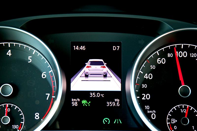 Touran 280 TSI R-Line於該級距配備難得的半自動駕駛輔助系統。