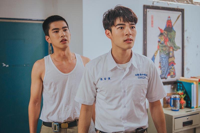 《刻在你心底的名字》新生代演員陳昊森(右)與曾敬驊(左)兩人在片中勇敢衝撞年代,有精彩對手戲。/氧氣電影提供