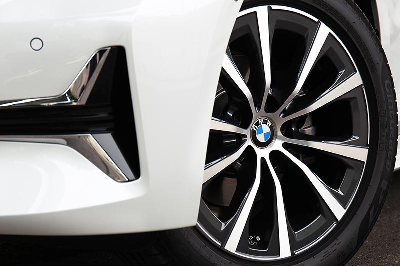 輪圈規格也因車型定位配置17吋。