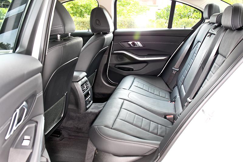 新世代3系列軸距有2,851mm,整體乘坐表現相當寬敞舒適。