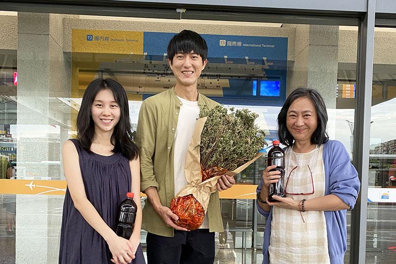 楊麗音(右起)、邱昊奇演出歌手白安單曲《回家的路》MV。