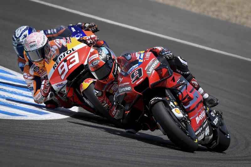Marquez開賽不久後即站上第一,但因發生嚴重失誤而掉落最後,但拼命追趕竟再度回到第三,不過很可惜最後發生摔車。