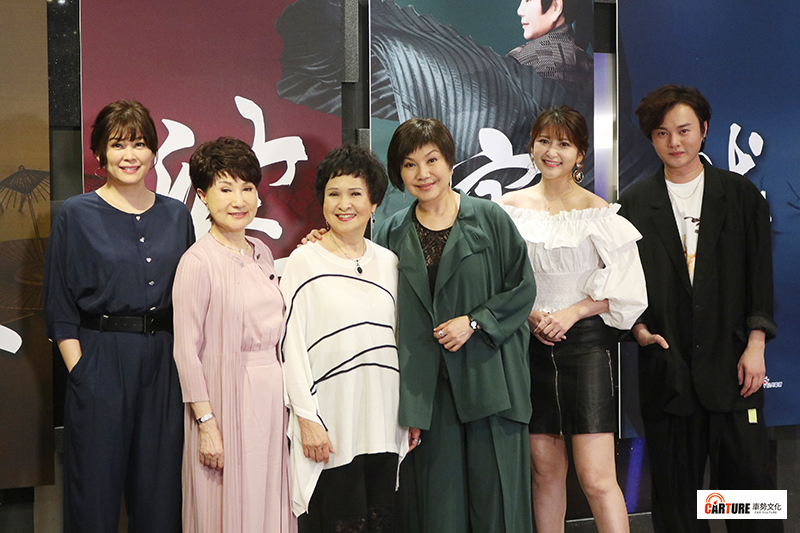 民視新潮流歌仔電視劇《孟婆客棧》將傳統歌仔戲注入新靈魂。(左起)方馨、小咪老師、王金櫻、唐美雲、樓心潼、許富凱。