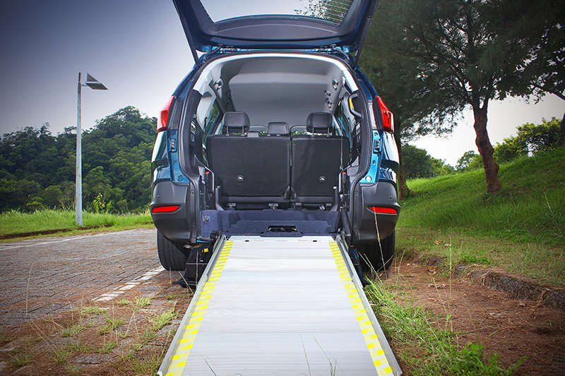 URX 5+1有一條長長緩緩的坡道跟一個大大高高的行李廂,原則上,所有具備輪子且輪距不要太誇張的東西全都可以輕鬆推進推出。