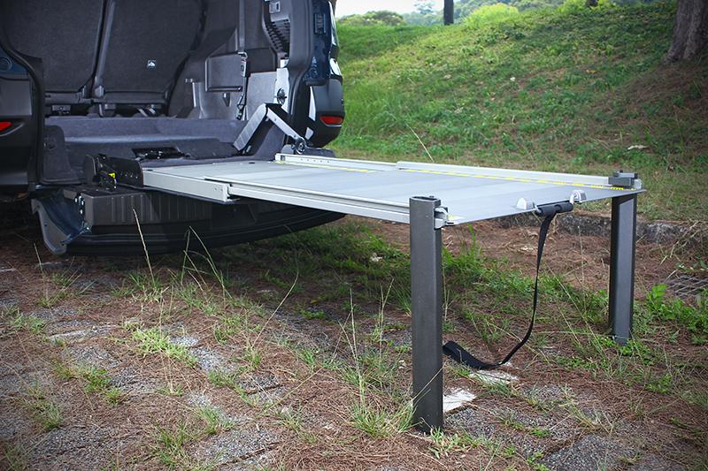 這兩支鋁質桌腳須加購,卡進坡道中便可構成一張限重300公斤的大桌子。