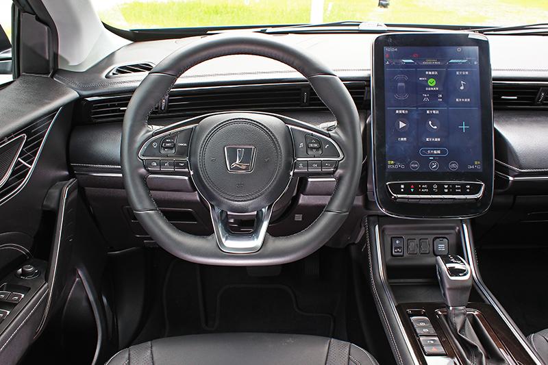 URX的資訊介面主要透過中央的12吋觸控螢幕以及畫質不俗的抬頭顯示器呈現,相當富科技感。