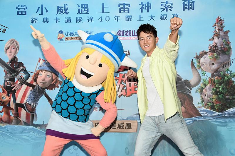 宥勝(左)為電影版《北海小英雄》全新角色里夫配音。
