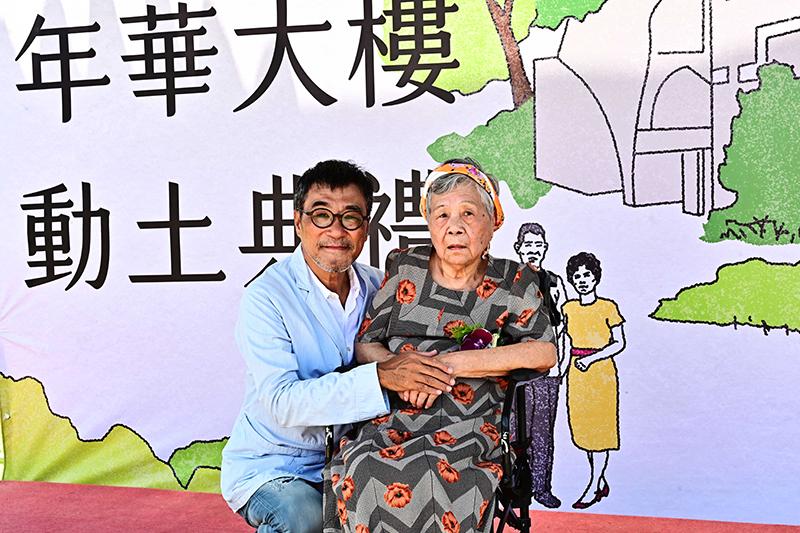 李宗盛(左)陪同96歲母親一起到花蓮出席年華大樓動土儀式。
