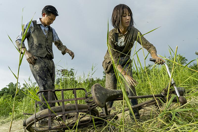 《羅雀高飛》演員邱凱偉(左起)、大元烈日下腳踏車雙載「犁田」。