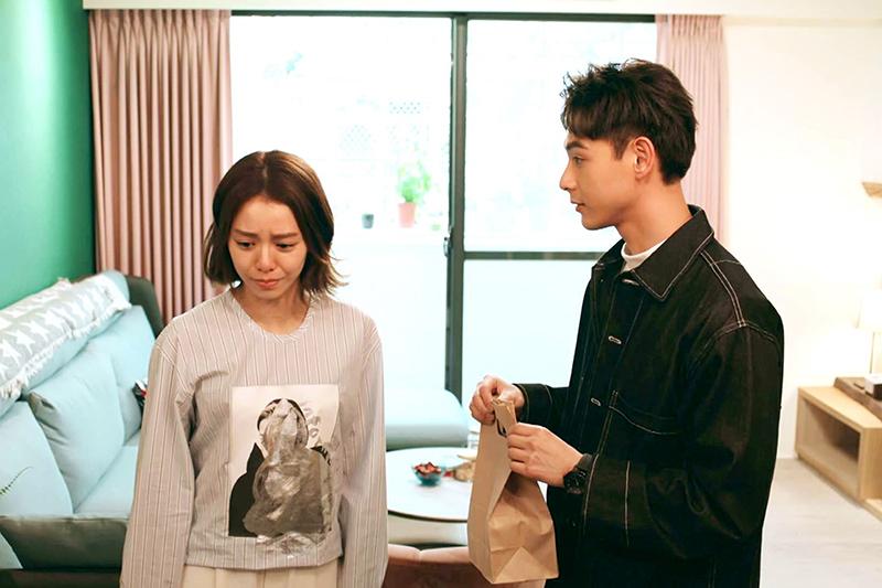 《浪漫輸給你》中連晨翔(右)飾演的端木青風選擇默默守護女主角。