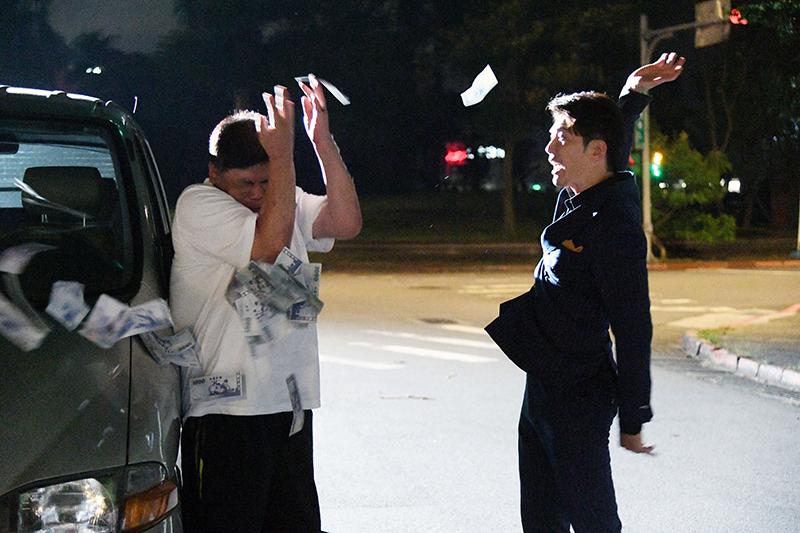 黃少祺(左起)在《天之驕女》劇中又砸車、還拿錢砸導演馮凱。