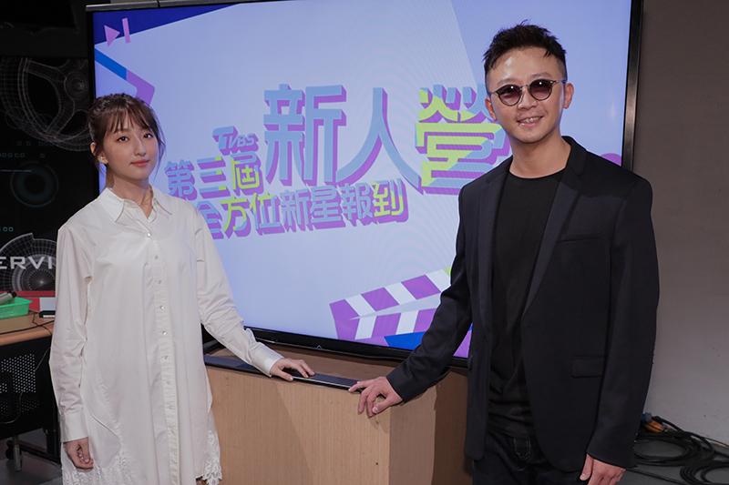 柯佳嬿(左)與新人營總導師金勤(右)合照。