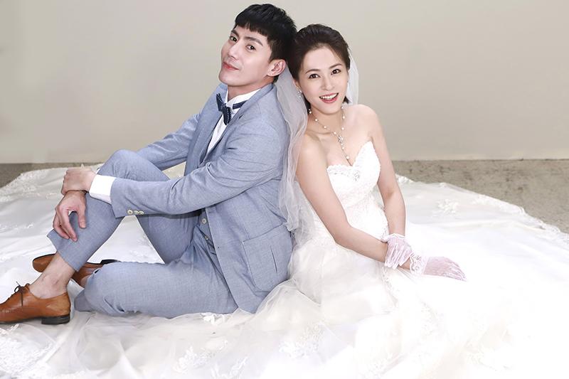 《多情城市》演員蘇晏霈(右)為戲練就「一分鐘穿婚紗」。