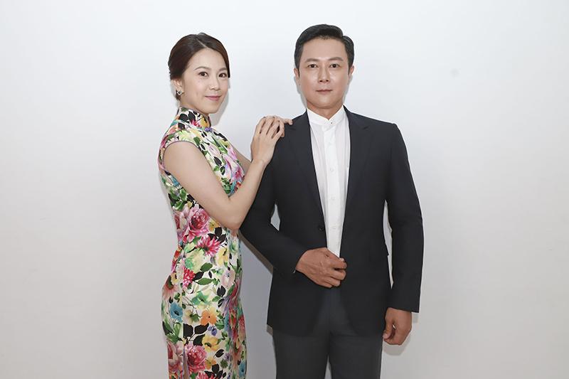 《多情城市》演員廖苡喬(左)特別用心治裝,把自己媽媽買的旗袍帶到片場。