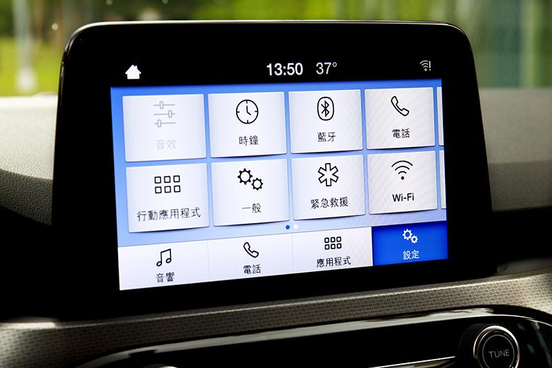 同樣8吋懸浮式全彩LCD觸控螢幕 ,時尚型內建的是SYNC 2.5娛樂通訊整合系統。