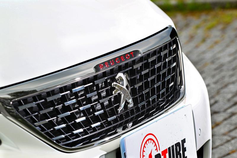 方格旗水箱護罩與鮮紅Peugeot字樣營造動感氣息。