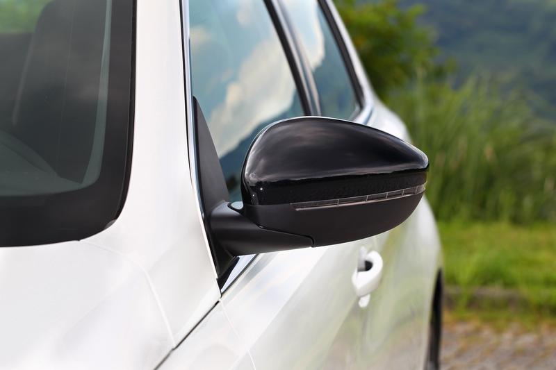 曜石黑後視鏡在純白車身中顯得相當耀眼。