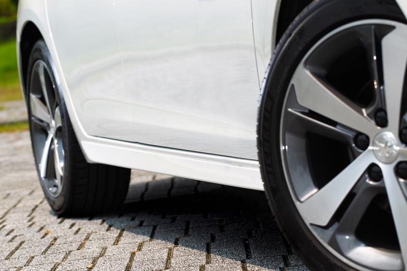 運動化側裙修飾整體車側線條。