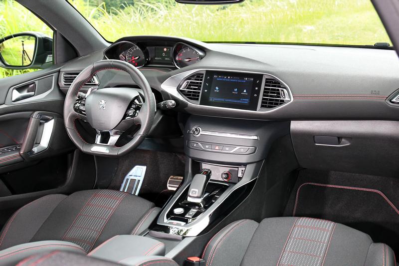 環繞於車室的GT-Line紅色車縫線,於科技品味中散發運動化氛圍。