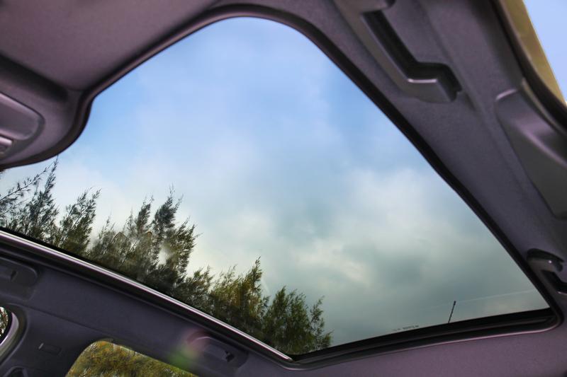 全景式玻璃車頂無論陽光或欣賞月色都能獲得滿足。