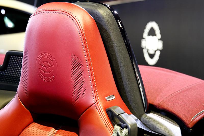 酒韻紅真皮座椅,頭枕繡有100週年字樣。