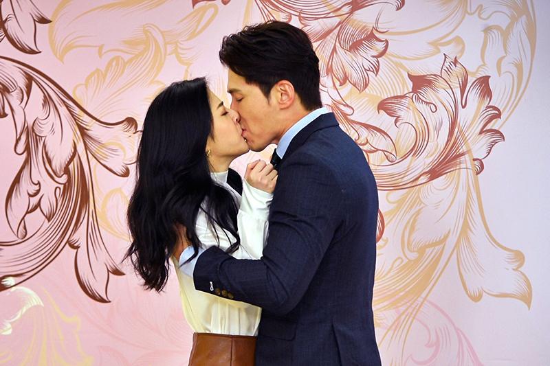 《天之驕女》中演員黃少祺(右起)霸氣強吻韓瑜。