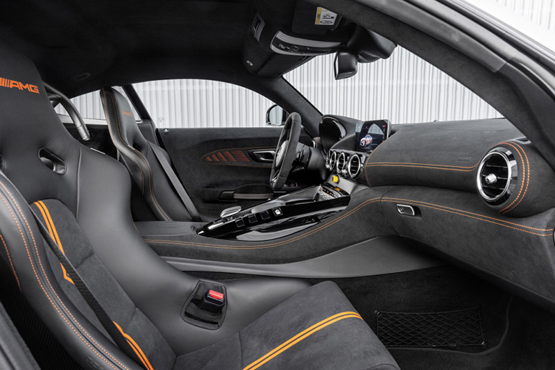Mercedes-AMG GT Black Series車內強化競技氛圍,並配有半組防滾籠。