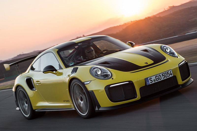 依照定位與動力數據,GT Black Series定位最相近的的應該是已經停產的Porsche 911 GT2 RS。