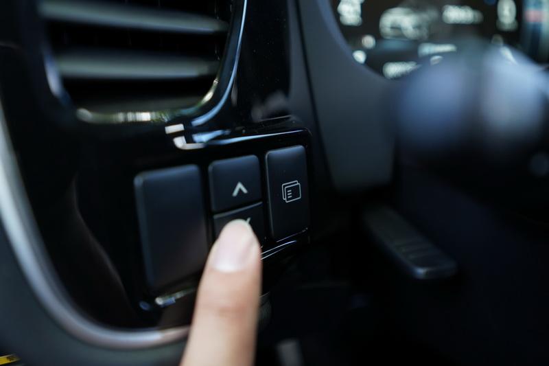 數位儀表的選單調整按鍵設置於方向盤左側