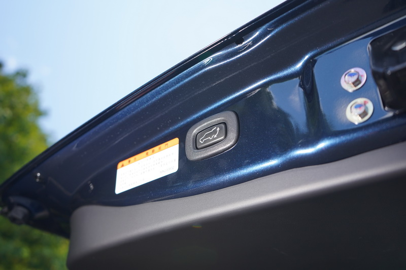 電動啟閉式尾門為尊貴型以上車型的標準配備