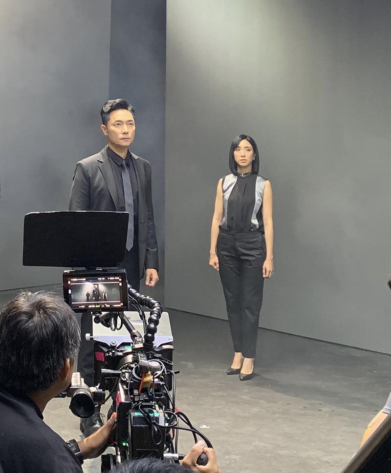梁舒涵(右起)與謝祖武合作洗髮精廣告。