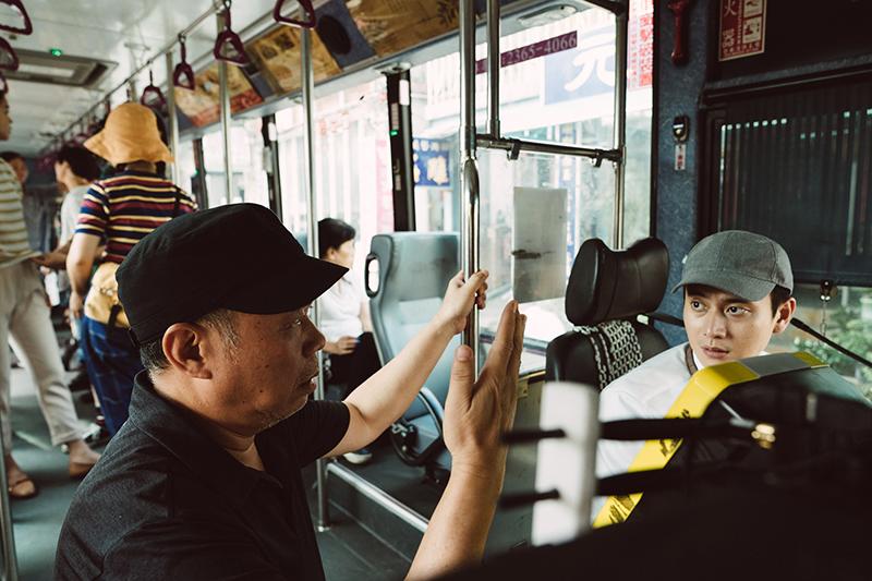 劉冠廷(右)在《消失的情人節》飾演公車司機。