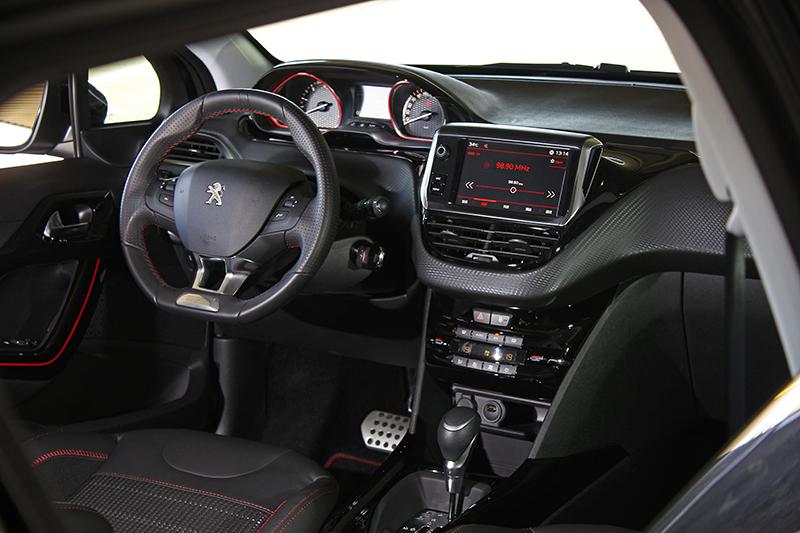 座艙也以黑作為主色調,GT Line內飾更用紅色框線突顯跑格。
