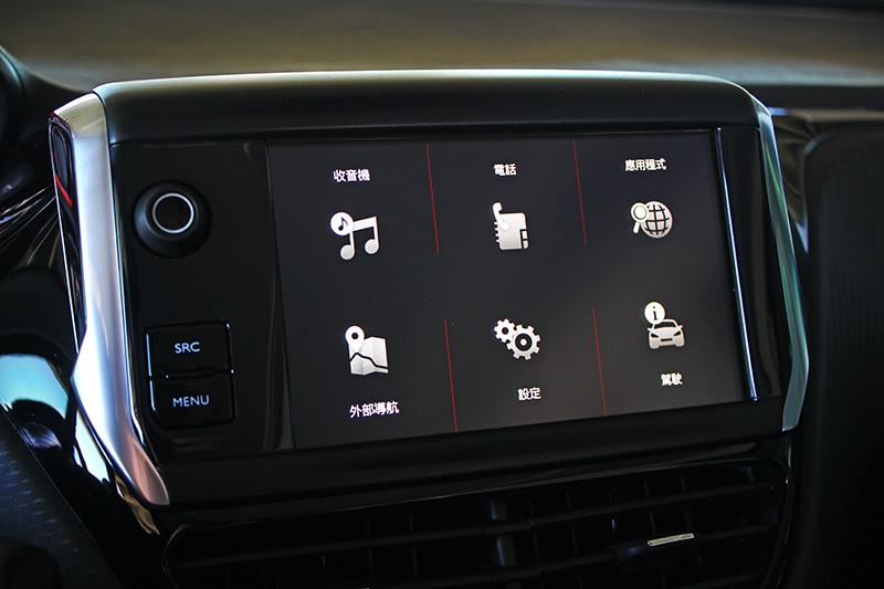多媒體觸控鏡射系統可以Apple CarPlay連結手機,同時具備藍牙功能得以串流音樂。