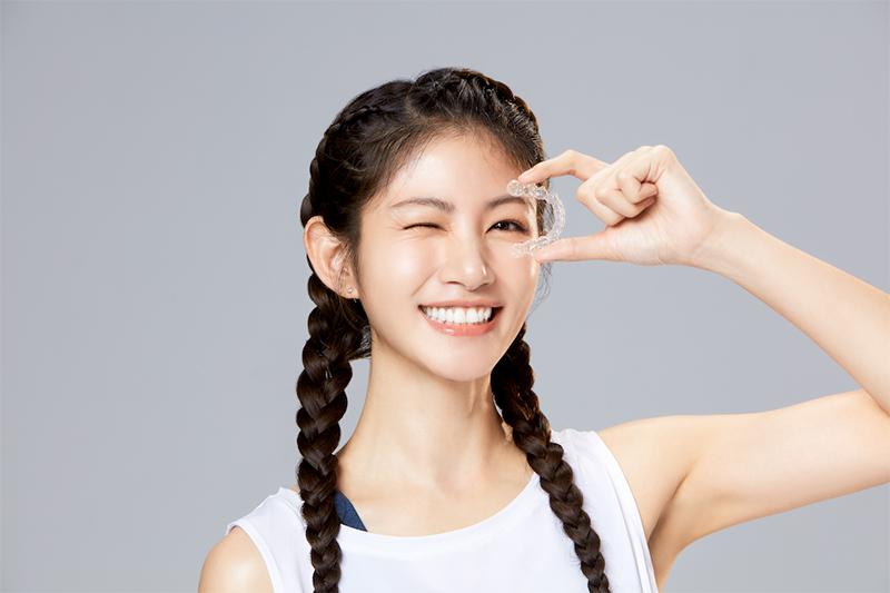 李千那擔任隱形牙套品牌隱適美代言人。
