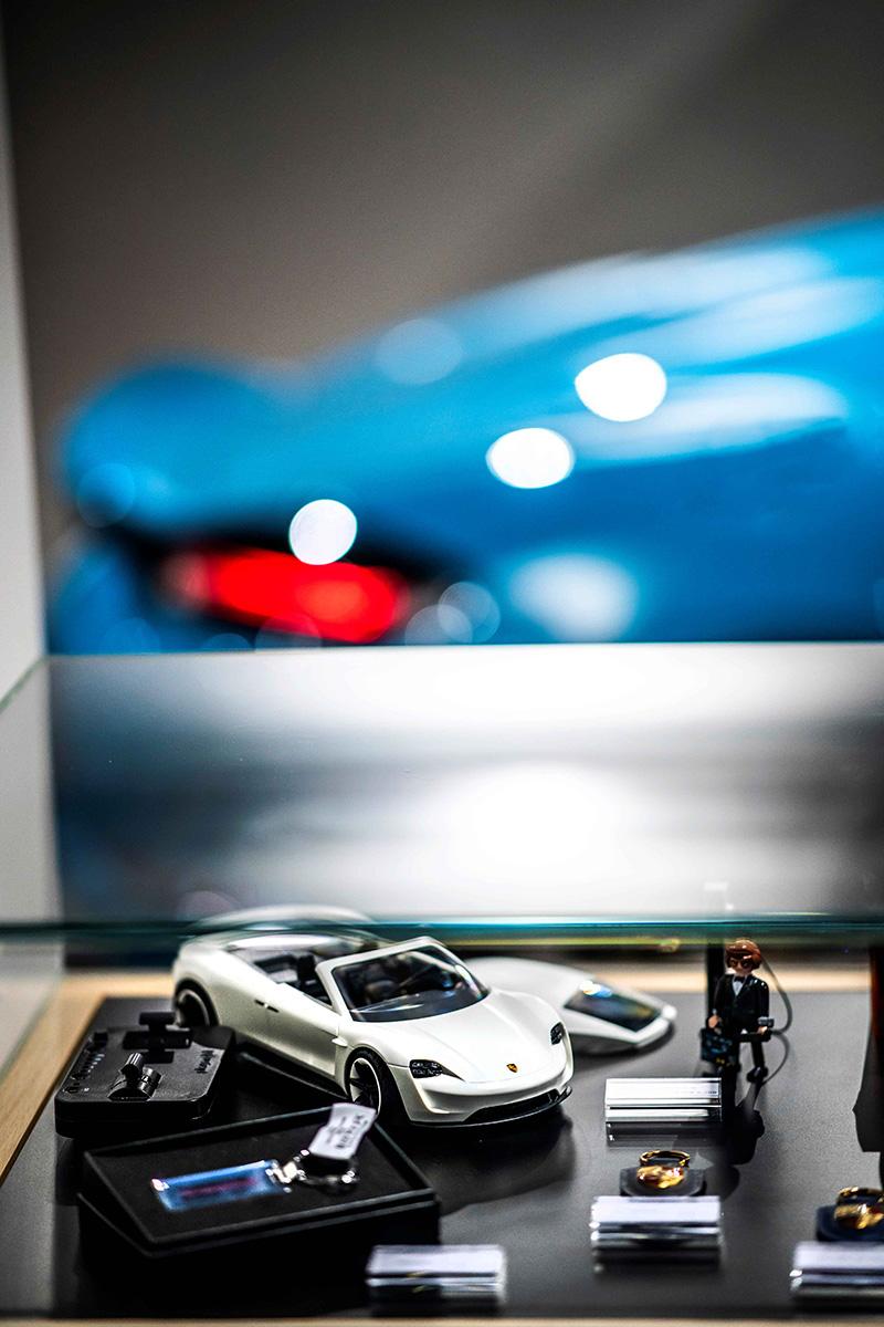Porsche NOW全新型態概念店提供品牌精品展售,導入Porsche時尚風格的商務配件與設計商品等。