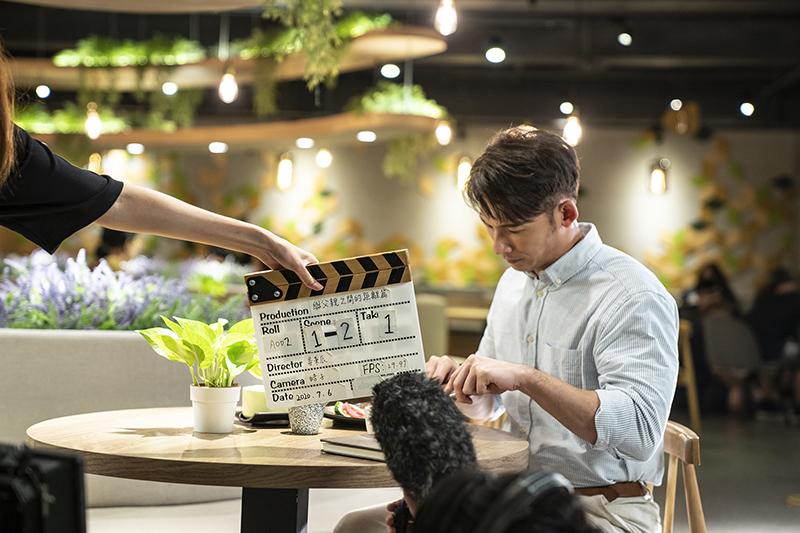 溫昇豪拍攝陶板屋18周年《發生在陶板屋的溫暖故事》影片扮演說書人。