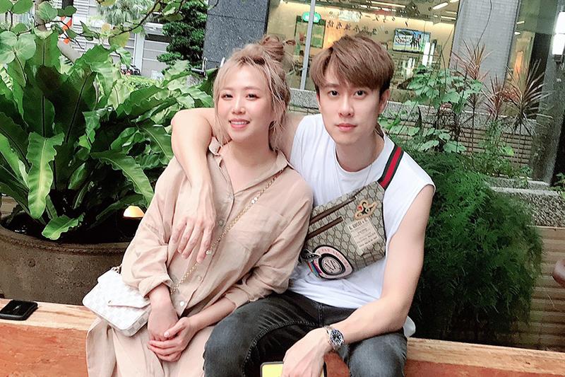 茵聲(左起)、劉書宏越愛越閃,甜蜜合唱《當你孤單你會想起誰》。
