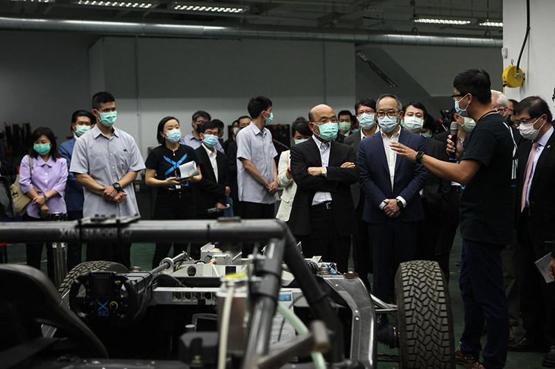 行政院院長蘇貞昌在行競科技執行長洪裕鈞陪伴下參觀行競科技。