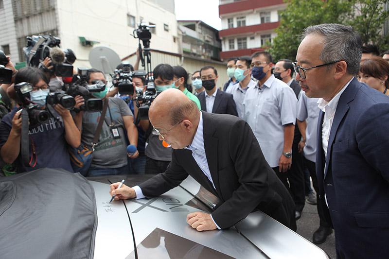 行政院院長蘇貞昌於純電改裝雪佛蘭Camaro上簽名留念。