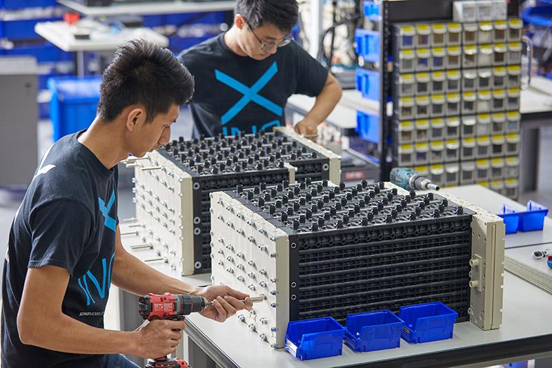 組裝浸沒式液冷電池模組系統Immersio™。