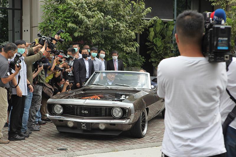 行政院院長蘇貞昌試乘於純電改裝雪佛蘭Camaro。